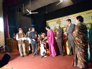 Akhil-Bhartiya-Manchi-Kavi-Peetyh-Jai-receiving-honour-from-Neeraj-JI-and-KN-Tripathi-JI-Lucknow-1