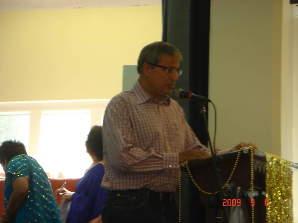 4Kavi Sammelan 2009 Sunil singing the opening Saraswati - Web